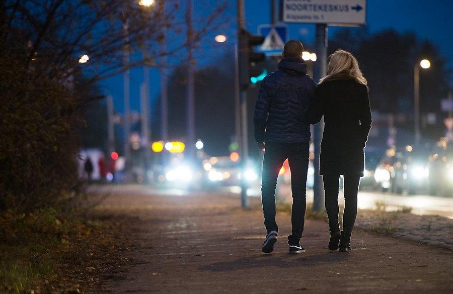 noorte-haal-abieluettepanek-armastab-armukade-armukolmnurk-arvuti-bussijam-67411408