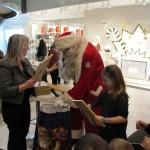 Jõulutaat jagamas kingitusi